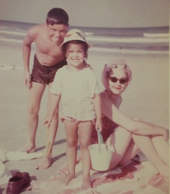 Mom avec my brother Tom et moi, Fernandina Beach, circa 1964