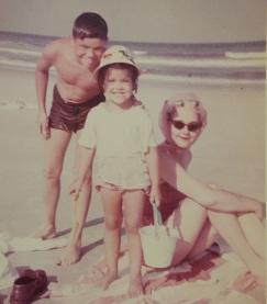 Mom avec my brother Tom et moi, Fernandina Beach, circa 1964